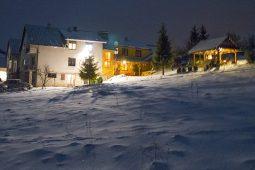 Pohľad na Ubytovanie Naďa - celý objekt v zime