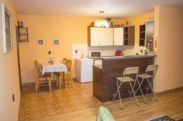 Nadštandardný apartmán kuchyňa s jedálenským kútom a barovým pultovm