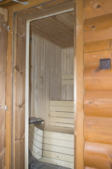Fínska sauna pohľad z vonku do vnútra na pec